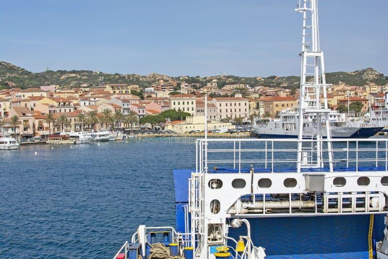 Паром причаливая порту в Isola Maddalena Сардинии стоковое изображение