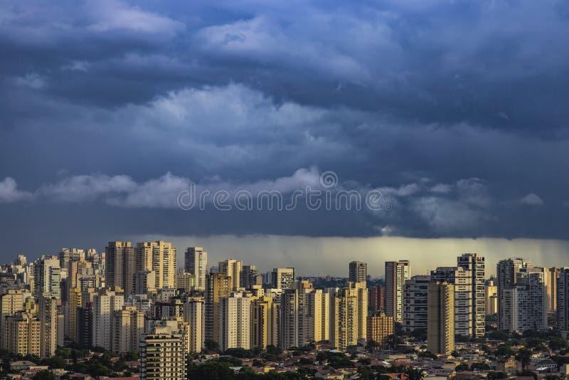 Пейзаж ландшафта панорамы зданий и небоскребов в деловом центре города Сан-Паулу с дождливым облаком над городом стоковое изображение