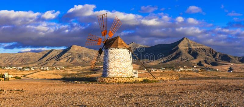 Пейзаж Фуэртевентуры Красивый ландшафт с ветрянкой Канарские острова tenerife стоковые изображения rf