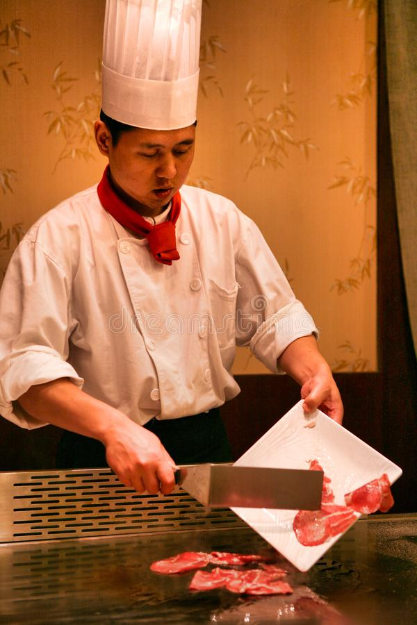 Пекин, Китай - 9-ое июня 2018: Китайский шеф-повар варит обедающий перед посетителями ресторана стоковая фотография