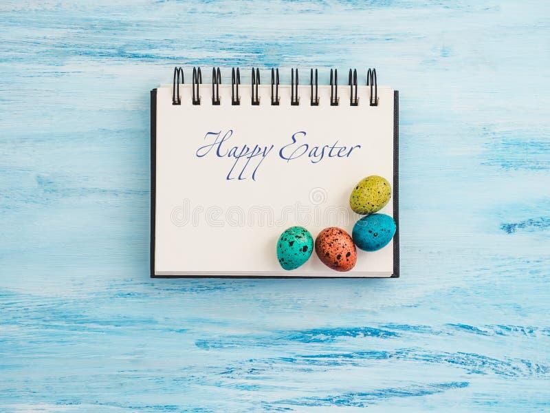 Пестротканые, яркие пасхальные яйца и страница sketchbook стоковая фотография rf