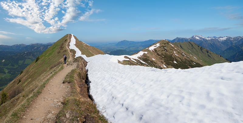 Пешая тропа вдоль fellhorn гребня горы, горные вершины allgau стоковые фото