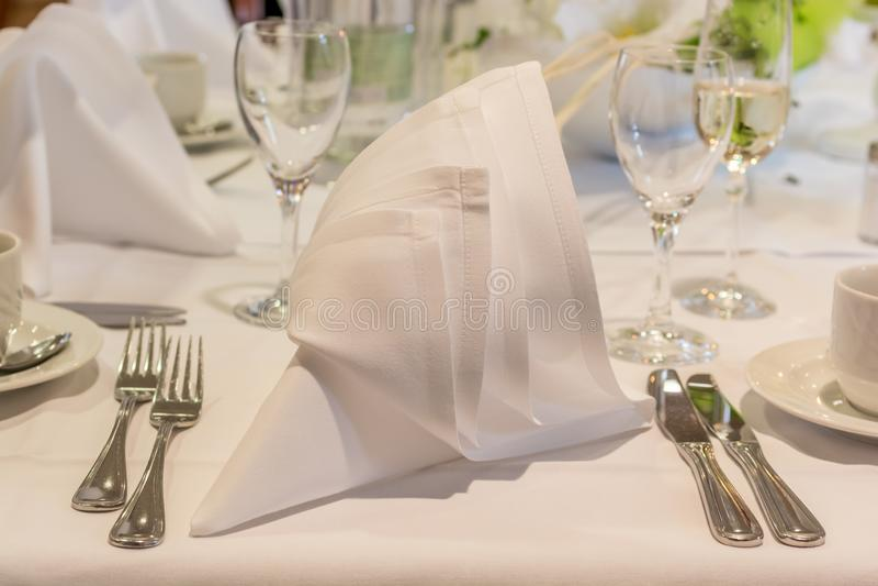 Первоклассная таблица в хорошем ресторане стоковое фото
