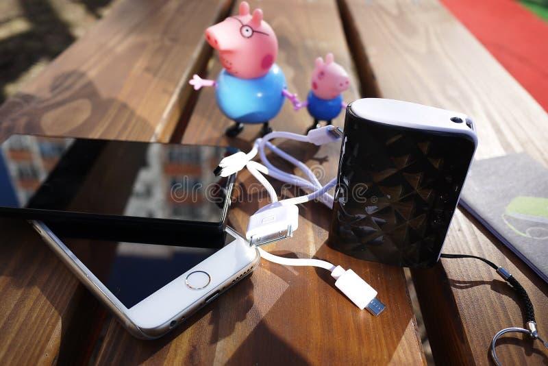 Перезаряжаемые батарея для того чтобы поручить ваши устройства Как: смартфон стоковое фото