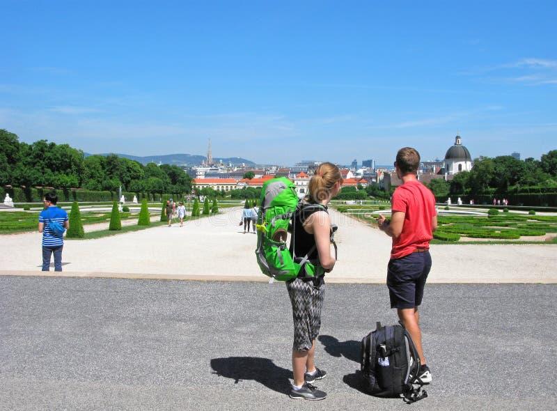 Перемещение, backpackers, Европа, Вена, молодая пара стоковое изображение