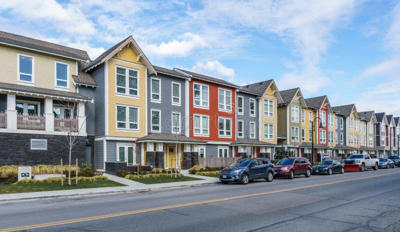 ПЕРЕПАД, КАНАДА - 24-ое февраля 2019: взгляд улицы пригорода маленького города Ladter рыбацкого поселка Ванкувера стоковое фото