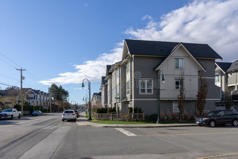 ПЕРЕПАД, КАНАДА - 24-ое февраля 2019: взгляд улицы пригорода маленького города Ladter рыбацкого поселка Ванкувера стоковые изображения rf
