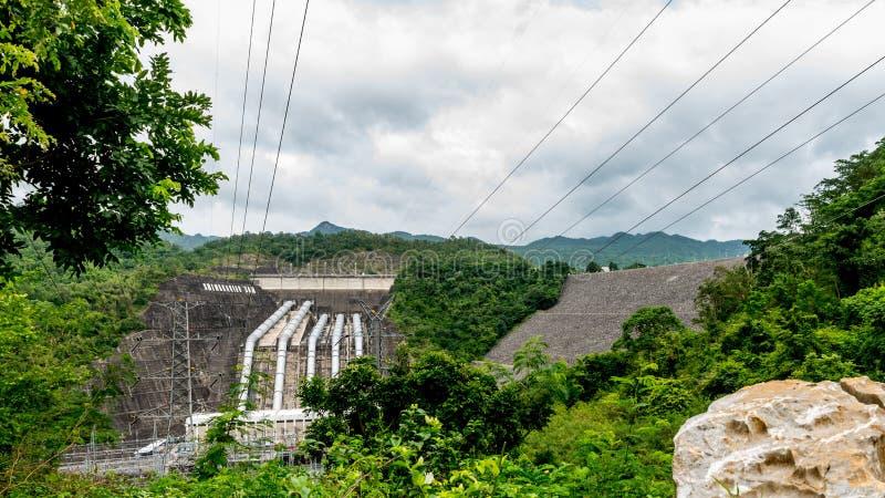 Переполняет стена большой запруды в Таиланде стоковая фотография