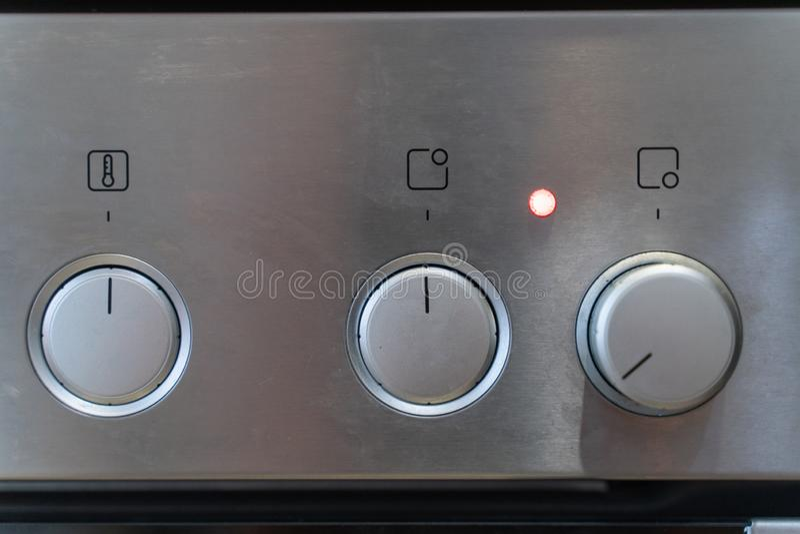 Передний серебряный пульт управления плиты с переключать ручек стоковое фото rf