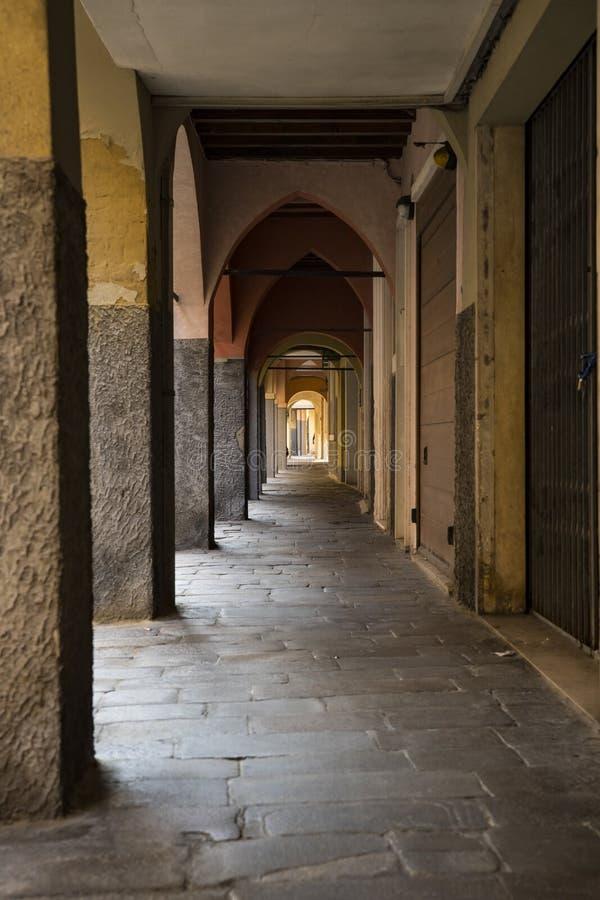 Переулок через Duomo dietro, с аркадами Padova, Италия стоковые фото