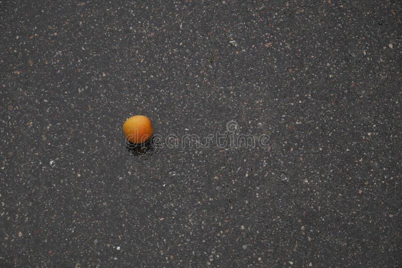Персик на асфальте стоковые изображения