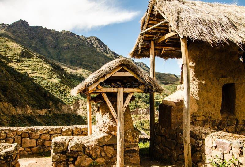 Перу, май, около Pisac, покрыванные соломой сельскохозяйственные строительства горного склона, флигели стоковое фото