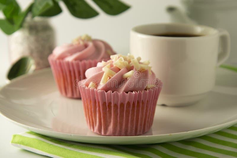 Пинк, strawbery, пирожные плода isoalted Сладкий десерт, shortcakes со сливками Еда дня рождения, торт, булочка Ладонь, листья mo стоковое фото rf