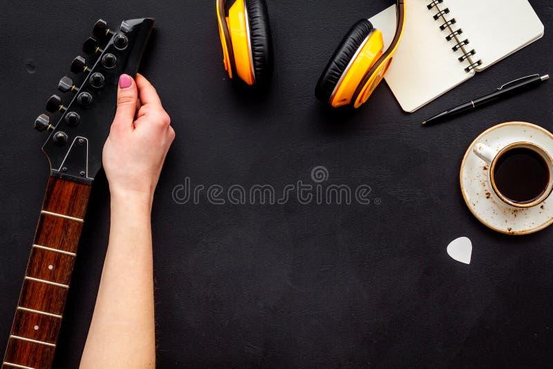 Писатель песни установил с космосом взгляда сверху предпосылки музыканта и аппаратур DJ черным для текста стоковые фото