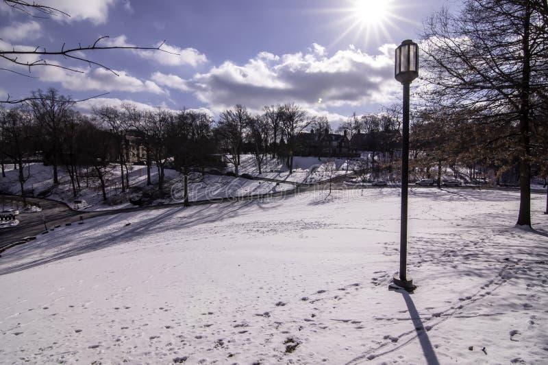 Питтсбург, Пенсильвания, США 03/05/2019 снегов a покрыло лужайку в университете Chatam стоковая фотография rf