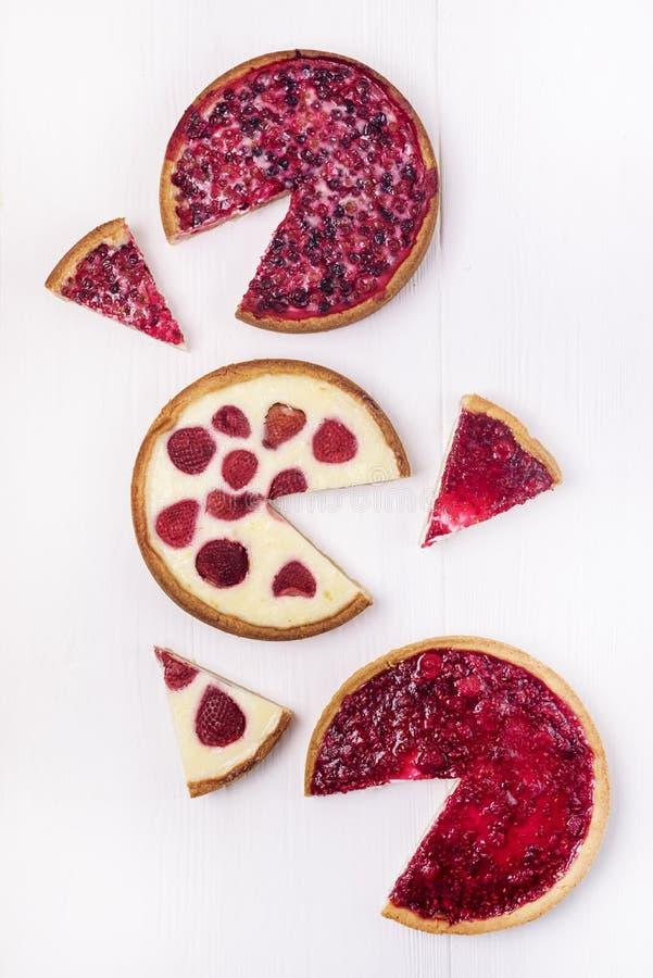 Пирог пирога ягод пирога Beries вкусный домодельный с клубниками и взбитый пирог сливк с пирогом клюкв с куском Raspberies  стоковые изображения