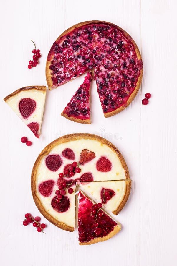 Пирог пирога 2 ягод пирога Beries вкусный домодельный с клубниками и взбитый пирог сливк с клюквами отрезают вкусное домодельного стоковые изображения rf