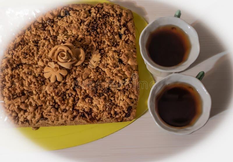 Пирог с гайками, готовыми для еды, чай стоковое фото