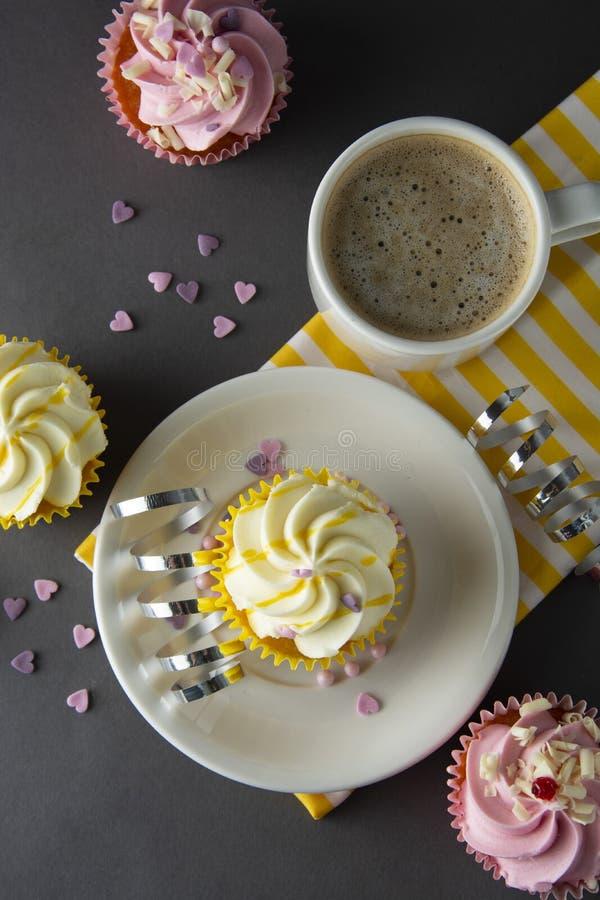 Пирожные шоколада и кофе, завтрак с красочными пирожными Серая предпосылка помадка десерта стоковые изображения