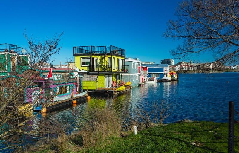 Плавая плавучие дома домашней деревни красочные мочат внутреннюю гавань отражения причала рыболова такси, Британскую Колумбию Кан стоковая фотография