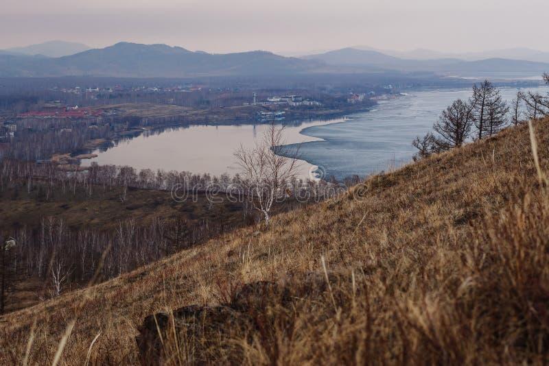 Плавя лед на ландшафт озере, сельской местности весны от горы стоковая фотография rf