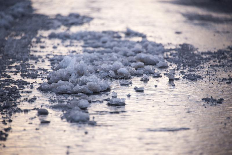 Плавя снег на мостоваой стоковые фотографии rf