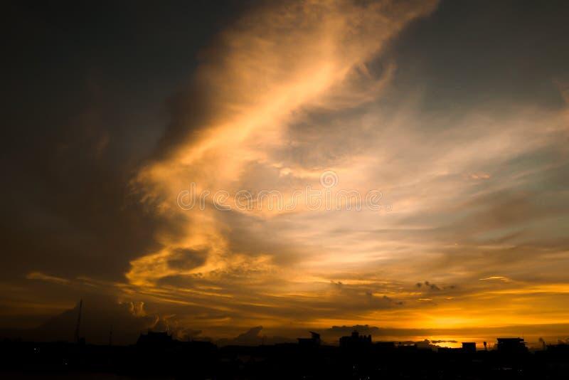 Пламенистое оранжевое небо захода солнца Красивейшее небо Яркое драматическое небо и темная земля Ландшафт сельской местности под стоковые фотографии rf