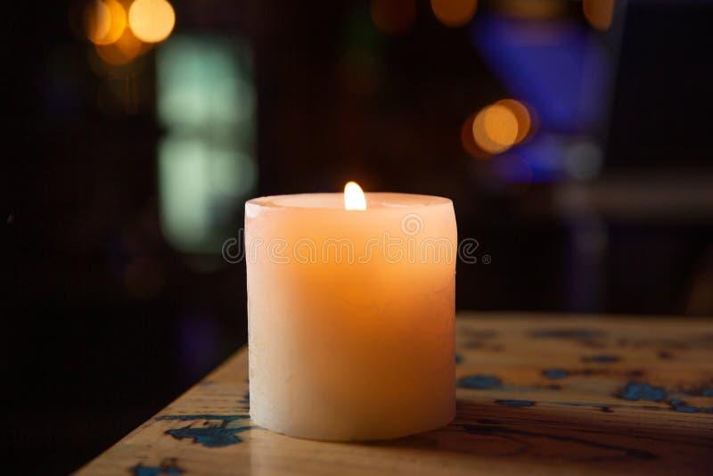Пламя свечи близкое вверх на черной предпосылке стоковые фотографии rf