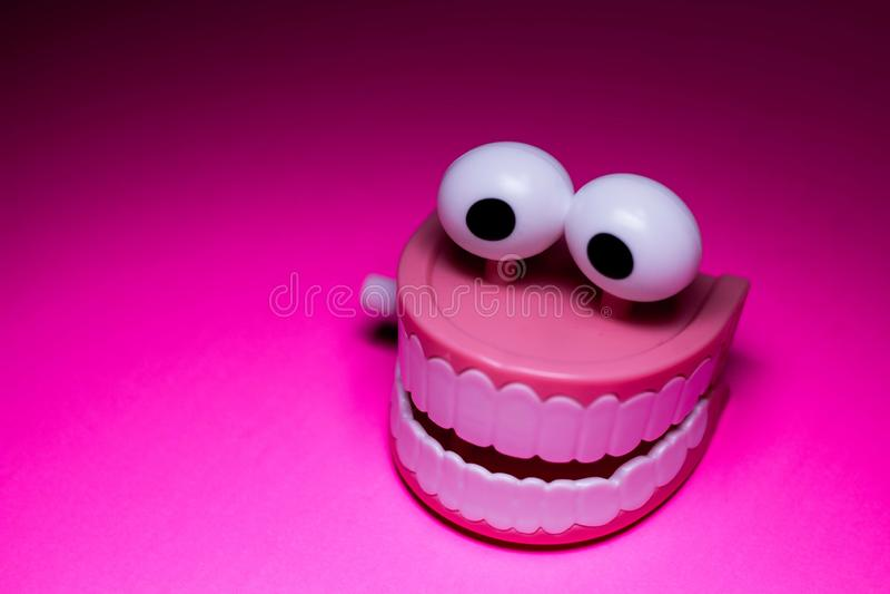 Пластмасса зубов тараторить обматывает вверх игрушку стоковое фото rf