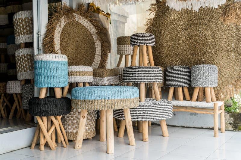 Плетеные стулья ротанга и другие объекты домочадца внутренние стоковая фотография