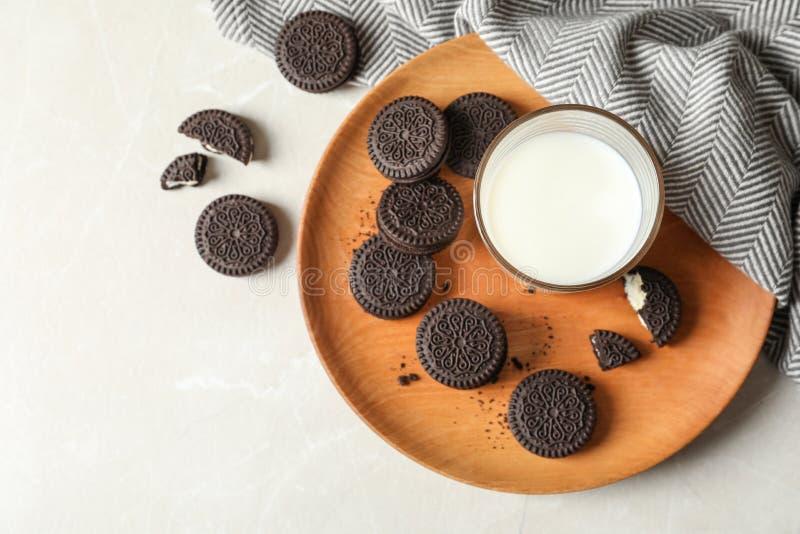 Плита с печеньями и молоком сэндвича шоколада на светлой предпосылке, взгляде сверху стоковые изображения