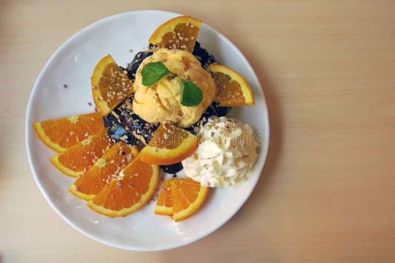 Плита шоколада и оранжевого тоста с некоторым отбензиниванием стоковая фотография rf
