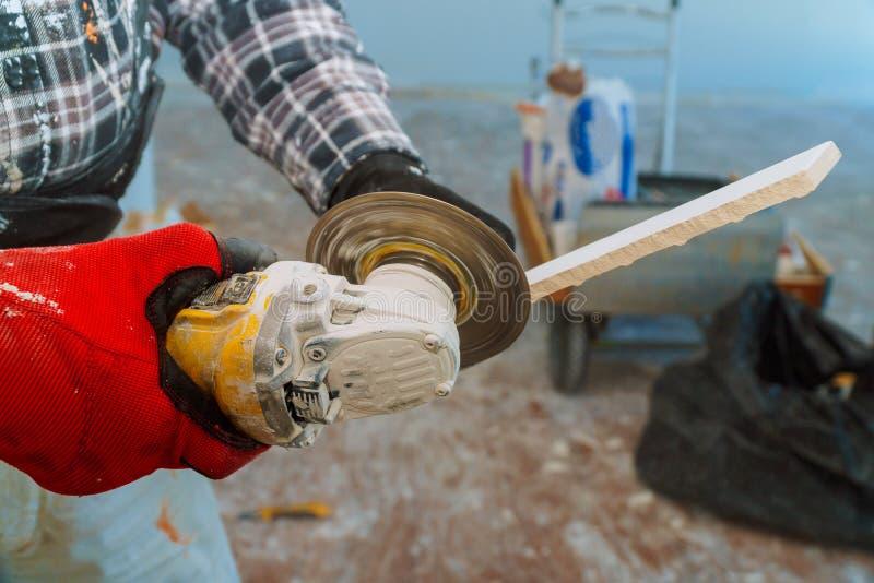 Плитка настила вырезывания работника с лезвием пилы диаманта электрическим строительная площадка стоковое фото rf