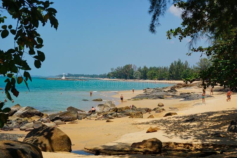 пляж с людьми и маяком стоковые изображения rf