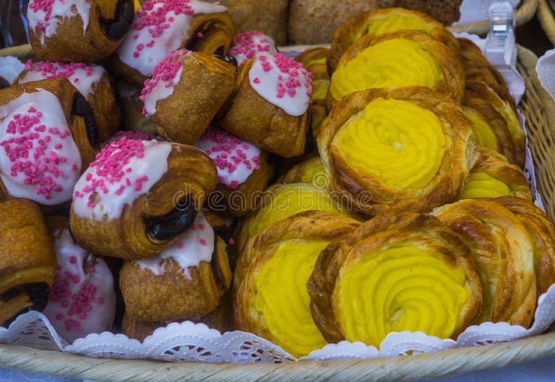 Плюшки со сливк и вареньем творога, проданными на ярмарке города стоковое изображение rf