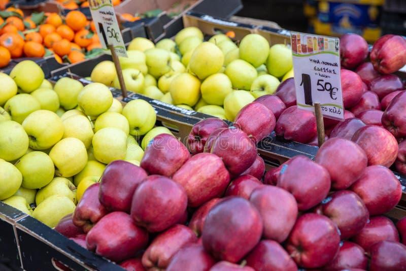 Плоды яблок на стойле уличного рынка, Афина Греции стоковые фотографии rf