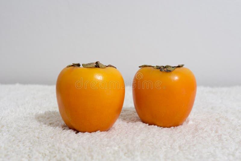 Плоды хурмы, свежий и вкусный на таблице на пушистом одеяле стоковые изображения rf