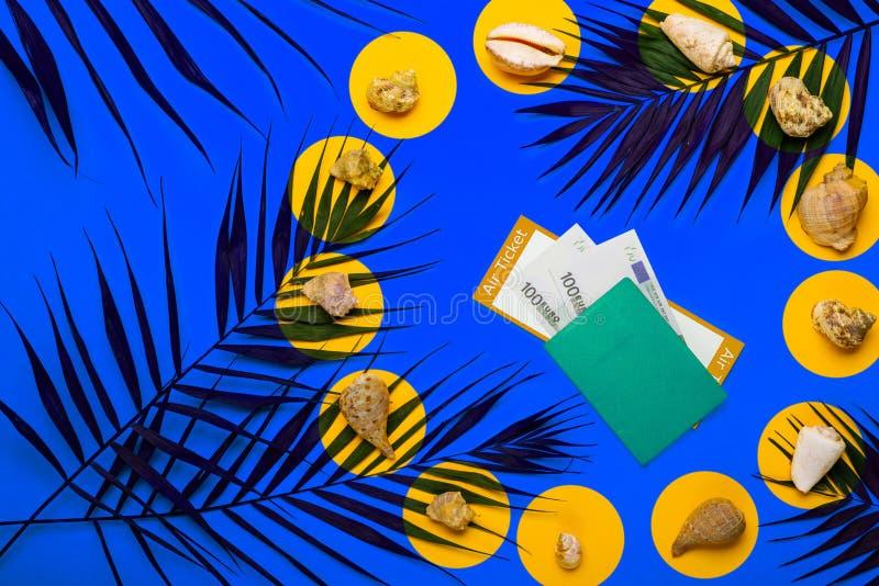 Плоские положенные аксессуары путешественника с лист ладони, seashells, камерой, pasport, деньгами и авиабилетом стоковое изображение rf