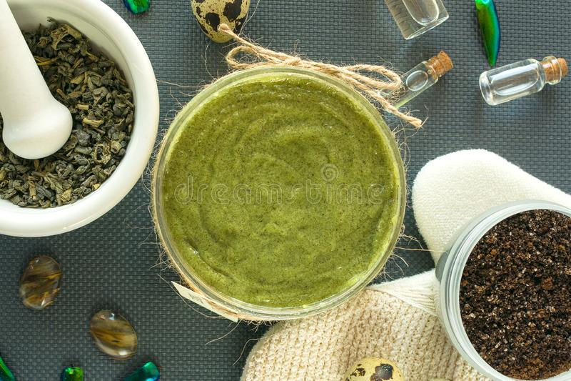 Плоские положенные продукты заботы тела с чаем, солью, кофе, естественным маслом и яйцами триперсток спа жизни все еще Шелушение  стоковое изображение