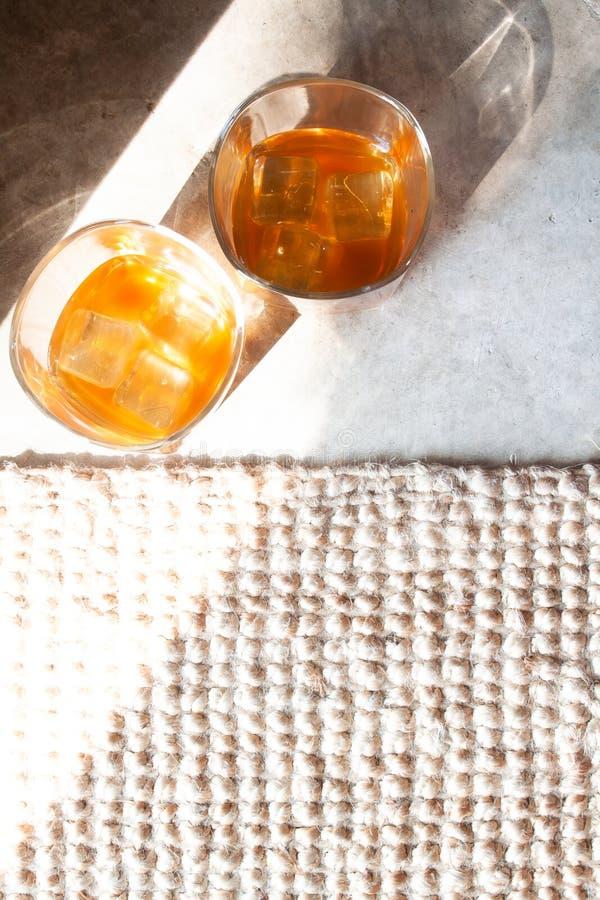 Плоские положенные стекла вискиа с льдом стоковое фото rf