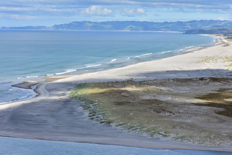 Плоский вертел песка с океанским прибоем стоковые фотографии rf