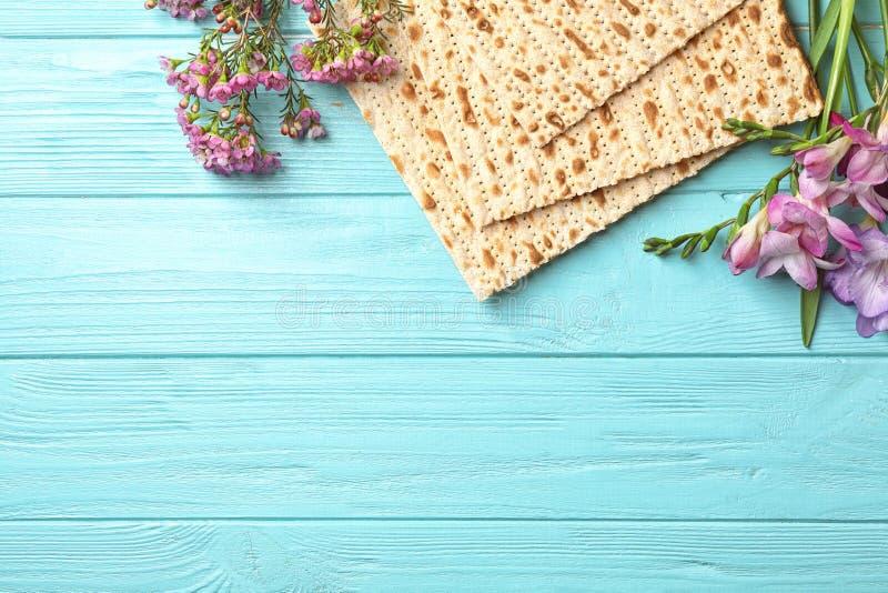 Плоский положенный состав мацы и цветков на деревянной предпосылке Еврейская пасха Pesach Seder стоковое изображение rf