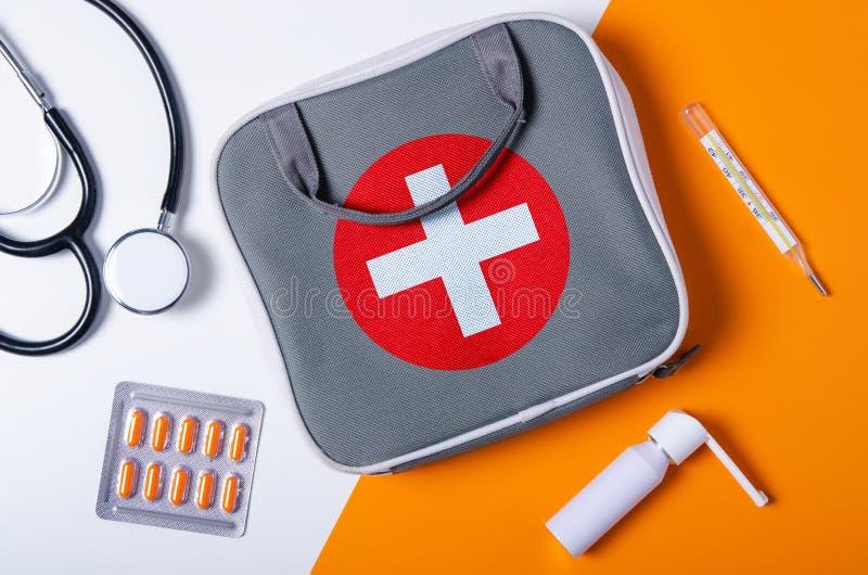 Плоский положенный состав с бортовой аптечкой, стетоскопом, термометром, брызгами горла, капсулой волдыря стоковое изображение