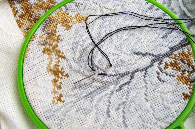 Плоский положенный обруч вышивки с холстом и яркой шить иглой потока и вышивки стоковая фотография