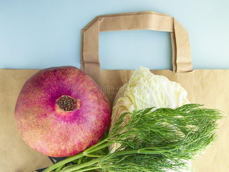 Плоское положение, здоровые фрукты и овощи для свойственного питания поверх бумажного мешка, концепция отказа от полиэтиленовых п стоковое изображение