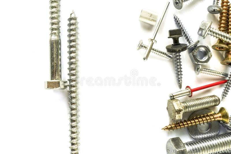 Плоское положение цинка покрыло винт на белизне сверля собственная личность винтов fasteners Соединяясь материал на белой предпос стоковое фото rf