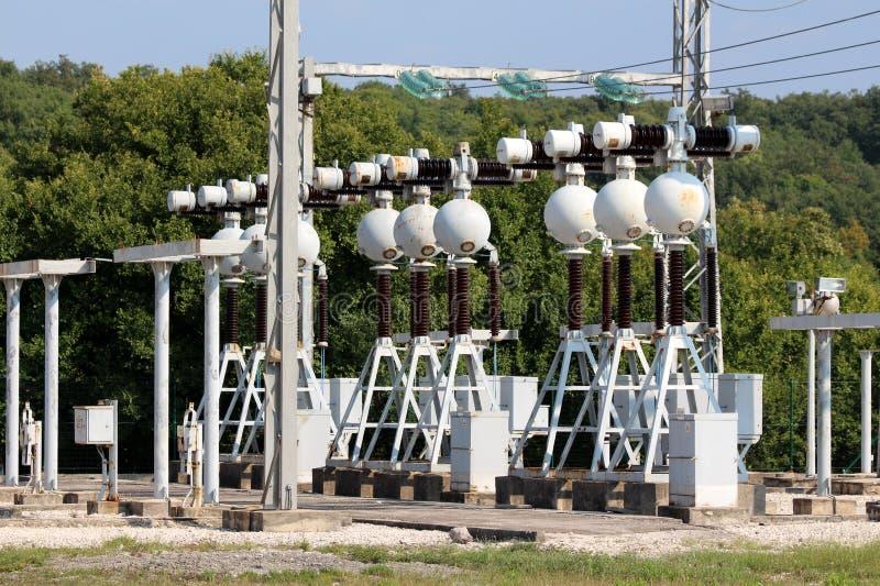 Плотный массив электротехнического оборудования на местной электростанции с поддержкой металла для керамических и стеклянных изол стоковое изображение rf