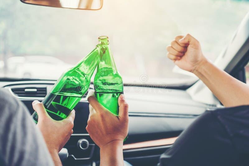 Пьяная партия человека с друзьями и управлять автомобилем на концепции пива бутылки удерживания дороги опасной пьяной управляя стоковые изображения