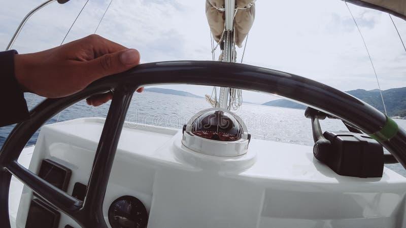 Пульт управления корабля с рулем на мосте капитана стоковое изображение rf