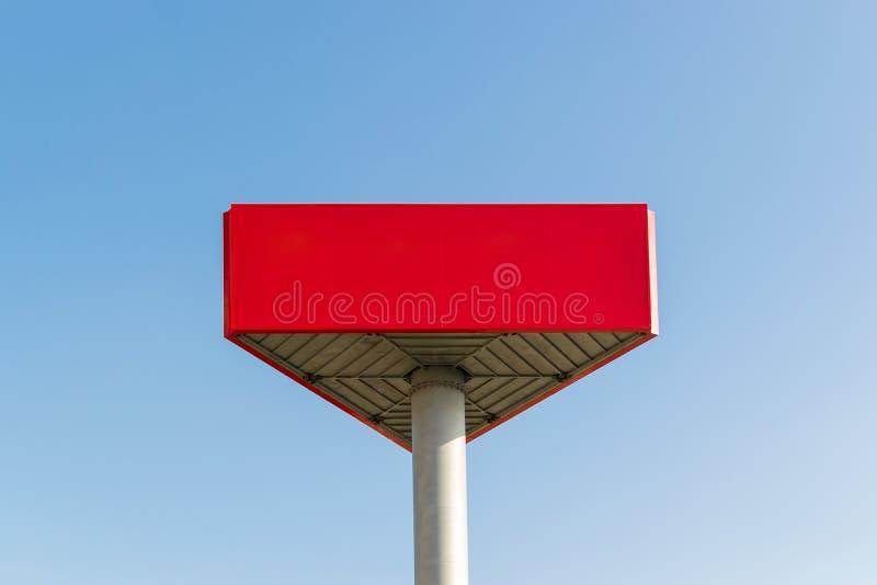 Пустая красная афиша с космосом экземпляра на предпосылке голубого неба Красный модель-макет с местом для вашего текста стоковое изображение rf